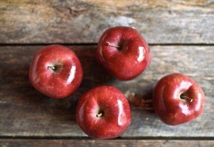 La manzana contiene 86% de agua, lo cual la hace una fruta hidratante. (labioguia.com)