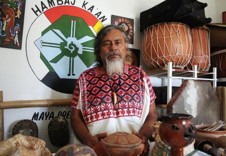 """Luis Nah, sacerdote maya local, participará en una reunión anual de la organización """"Viento del sol"""" que aglomera a 22 comunidades indígenas de Canadá, Estados Unidos y México.  (Octavio Martínez/SIPSE)"""