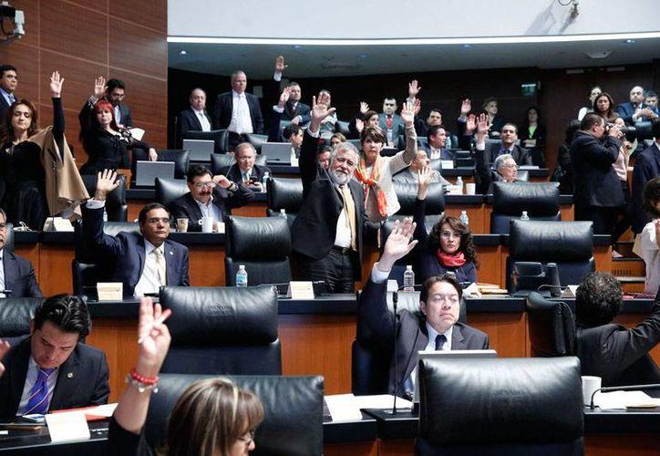 Los diputados aprobaron la Ley de Ingresos 2015, sin nuevos impuestos, pero con gasolinazo de 3 por ciento. La imagen corresponde al Senado cuando votó la misma ley, pero para devolverla, con cambios, a los diputados. (NTX)