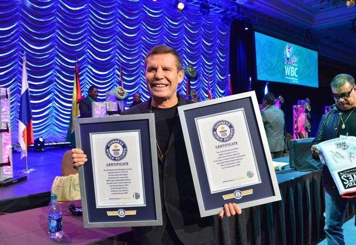El mexicano Julio César Chávez con los dos reconocimientos de Récord Guinness. (Milenio)