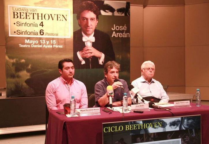 Imagen de la rueda de prensa donde se anuncia que José Areán será el director invitado de la agrupación. (Jorge Acosta/Milenio Novedades)