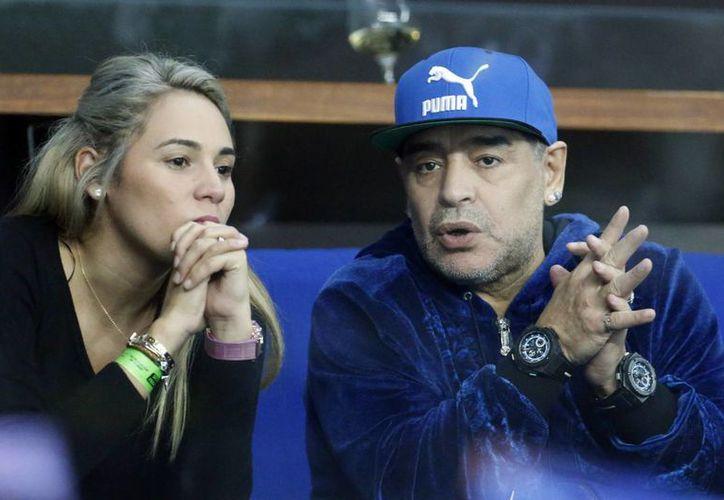 Diego Maradona se encuentra con su pareja en Madrid, ya que estará presente en el duelo del equipo de Zidane y Napoli.(Darko Bandic/AP)