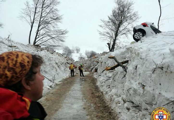 Imagen del camino que fue despejado por las autoridades para poder llegar al hotel Hotel Rigopiano, en la foto se puede observar un coche apilado en la nieve. (Corpo Nazionale Soccorso Alpino e Speleologico/ANSA via AP)