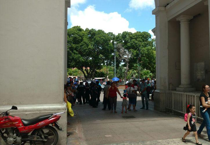 Decenas de policías municipales reforzaron la vigilancia a un costado de la Catedral de Mérida, que se estaba convirtiendo en un 'tianguis' de ambulantes.  (Foto: Cadelario Robles)