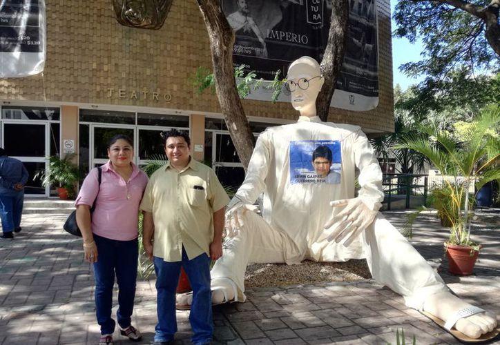 María Esther Dzul May y Julián Guerrero junto al muñeco de su creación. (Foto: Jorge Acosta)