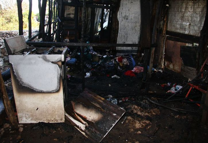 Casi nada quedó del incendio de una humilde vivienda. (Jorge Pallota/SIPSE)
