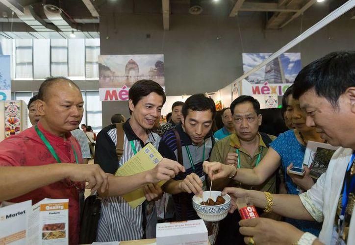 Los participantes de la Cismef tuvieron oportunidad de probar de primera mano los productos yucatecos. (Cortesía)