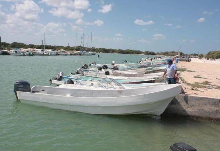 Los pescadores que naufragaban se aferraron al casco de la lancha volteada en espera de ayuda. (SIPSE/Contexto)