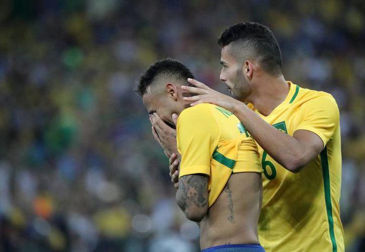 Neymar logró por primera vez ser campeón con Brasil, y lo hizo en los primeros Juegos Olímpicos en su país. (EFE)