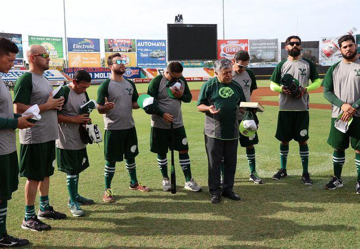 El padre Lorenzo Mex bendijo al equipo melenudo para la serie ante Pericos. (Foto: Milenio Novedades)