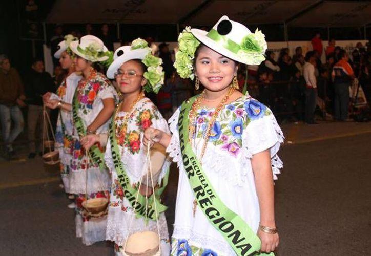 El color de los trajes típicos de más de 400 jaraneros fue el agasajo de los espectadores, locales y extranjeros, que se dieron cita esta noche en Plaza Carnaval. (Jorge Acosta/ SIPSE)