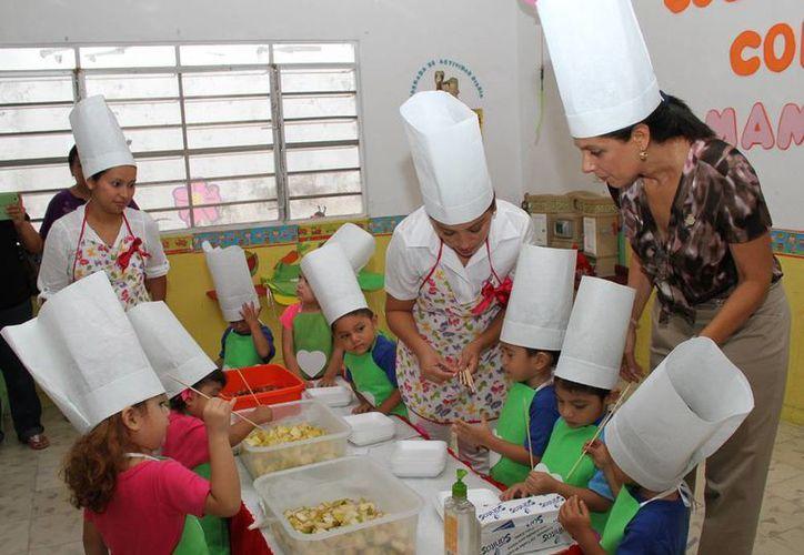 Una de las actividades que realizaron los niños con su mamá consistió en preparar una brocheta de frutas. (SIPSE)
