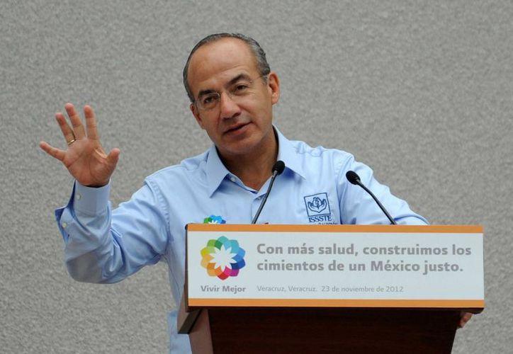 Tras referir que el próximo sábado entregará la Banda Presidencial, Calderón agradeció al gobernador de Coahuila Rubén Moreira su apoyo. (Archivo Notimex)