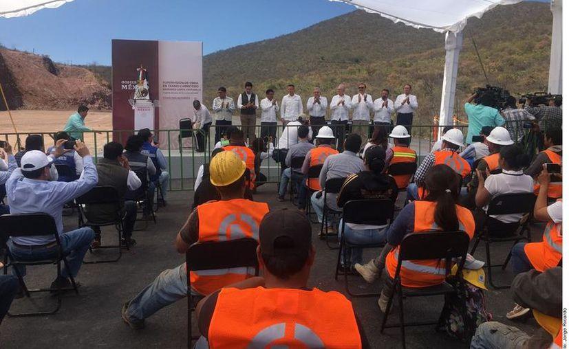 El Presidente Andrés Manuel López Obrador dijo que si se supera bien la crisis económica tras el coronavirus también se podrá comprometer a hacer las carreteras de Tuxtepec y Juquila, en Oaxaca. (AgenciaReforma)