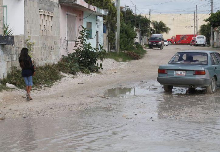 Algunas calles de la Región 227 son intransitables para peatones y automovilistas cuando llueve. (Jesús Tijerina/SIPSE)