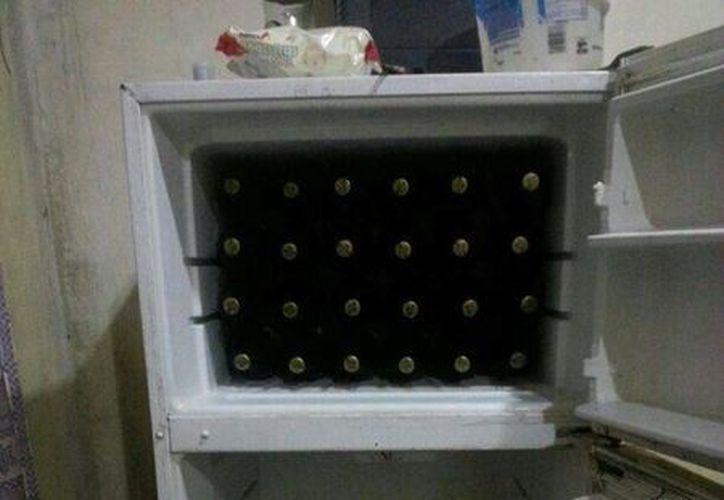 Al llegar al sitio, los policías se encontraron con un refrigerador con botellas de cerveza que eran vendidas clandestinamente.  (Redacción/SIPSE)