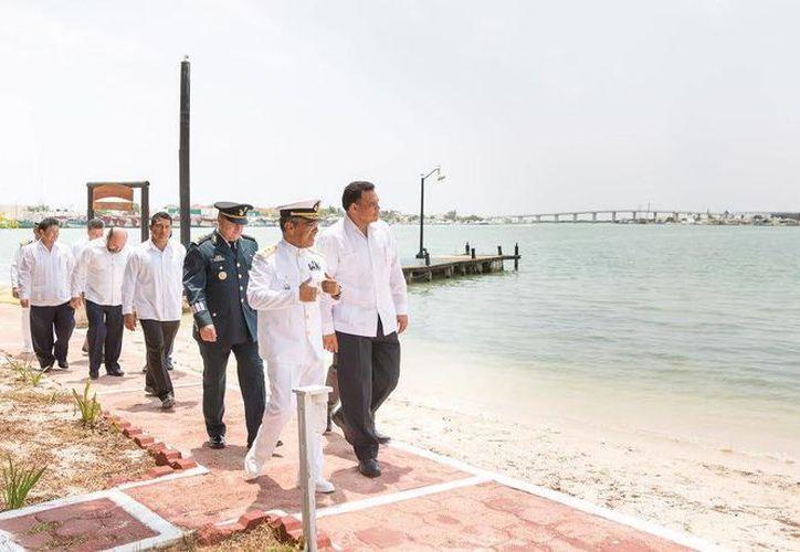 El gobernador Rolando Zapata Bello estuvo este martes en el puerto de abrigo de Yucalpetén. (SIPSE)