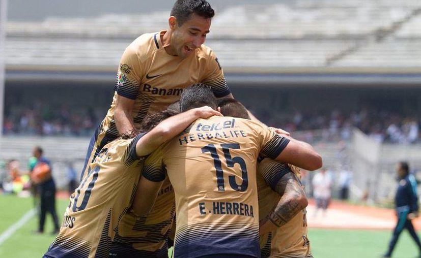 Pumas de la UNAM celebran uno de los 2 tantos con los que se llevó los 3 puntos en la sexta fecha del Torneo Apertura 2015, ante Dorados de Sinaloa. (NTX)