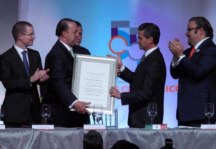 Peña Nieto recibió un reconocimiento de parte de la CIRT, entregado por su presidente Tristán Canales Najar. (Notimex)