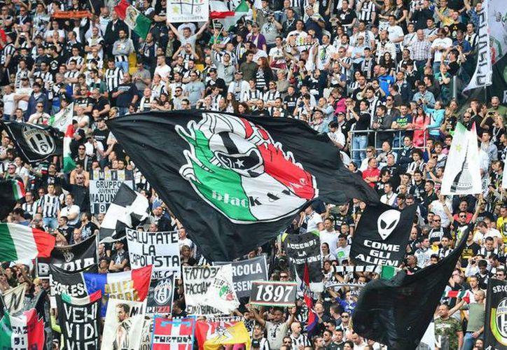 El apoyo de los aficionados de la Juventus de Turín ha sido clave para el liderato que hoy tiene el equipo en la Serie A italiana, sin embargo, la golpiza al líder los seguidores Umberto Toia empaña la buena marcha del equipo. (Archivo/aldia.cr)