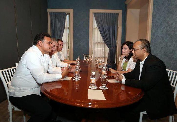 La reunión del mandatario yucateco con el director general adjunto de la OEA se efectuó en un hotel de Mérida. (Milenio Novedades)
