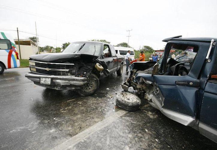 Dos camionetas colisionaron en la carretera Mérida-Tixkokob. (Milenio Novedades)