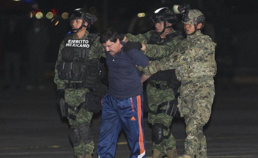 Fotografía del 8 de enero en la que se registró al narcotraficante Joaquín El Chapo Guzmán, durante su traslado al penal de máxima seguridad del Altiplano, luego de su recaptura en la ciudad mexicana de Los Mochis. (Archivo/EFE)