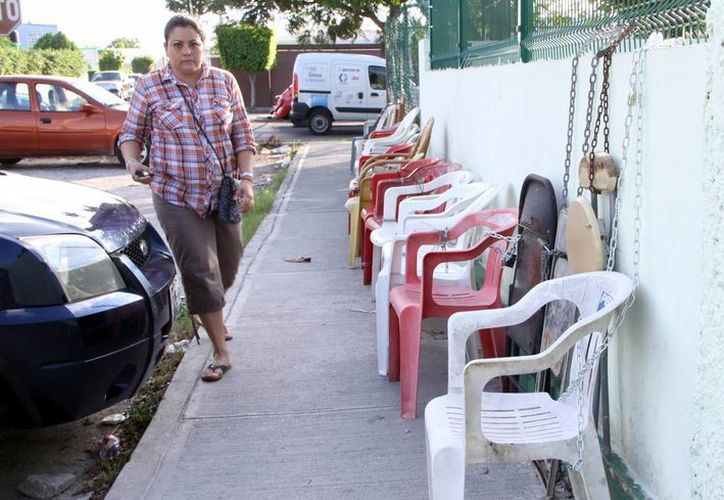Las sillas permanecerán encadenadas más de un mes a las puertas de las escuelas, ya que las preinscripciones inician el 24 de febrero. (José Acosta/SIPSE)