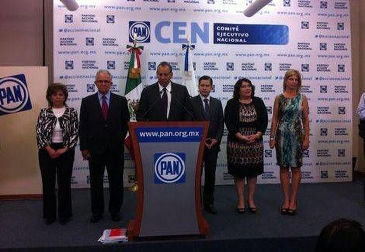 Imagen de la conferencia en que se anunció la convocatoria del proceso de renovación del CEN panista. (Twitter / @CONECEN2014)