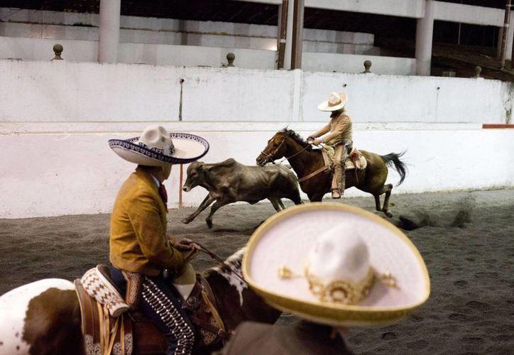 En muchos casos la charrería se enseña desde los dos o tres años de edad. En la foto, una charreada en la Ciudad de México. (Foto: AP)