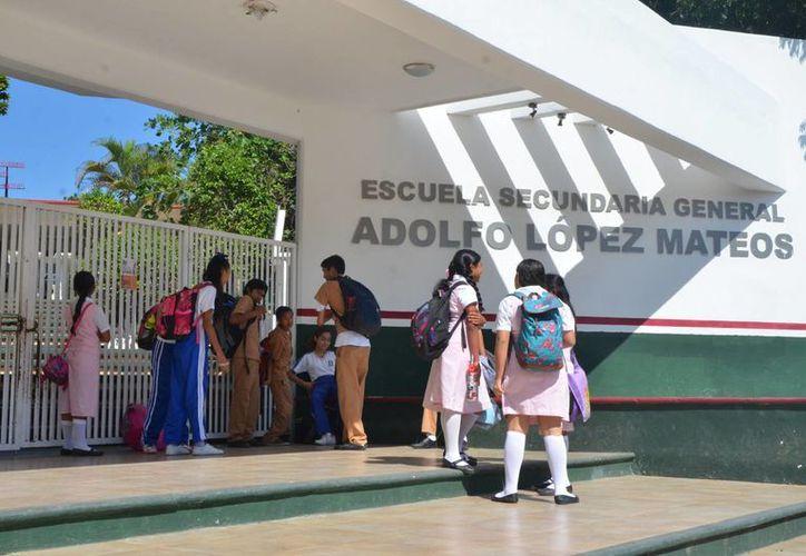 Una escuela sufrió graves daños pues fueron quemados sus pintarrones además de daños en su interior. (Eddy Bonilla/ SIPSE)