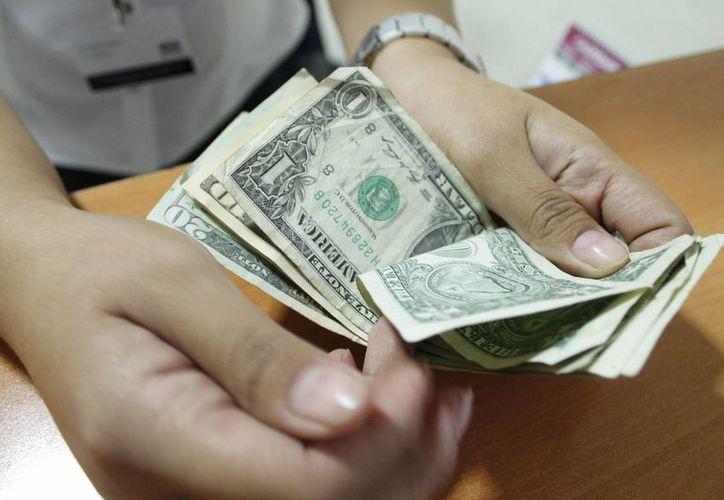 Prevén que el dólar rebase el cambio de 15 pesos. (Israel Leal/SIPSE)