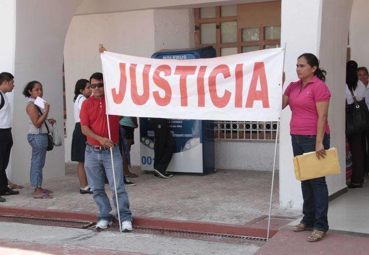 Los comerciantes protestaron con un cartel de tenía la palabra justicia. (Tomás Álvarez/SIPSE)