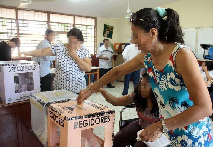 Con la reciente reforma electoral el financiamiento a partidos políticos está tasado sobre la integración total del padrón electoral y no sobre los votos registrados en las elecciones. Imagen de una mujer depositando su voto en la urna. (Milenio Novedades)