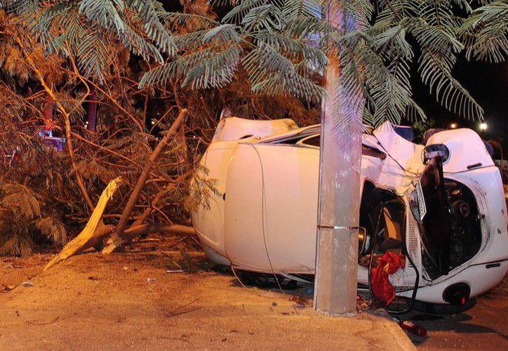 El VW manejado por un hombre, al parecer alcoholizado, quedó volcado en la avenida de la calle 59 de Ciudad Caucel. (Milenio Novedades)