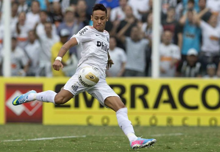El jugador de Santos Neymar durante el partido ante Corinthians este domingo, por la final del Campeonato Paulista en el estadio Vila Belmiro. (EFE)