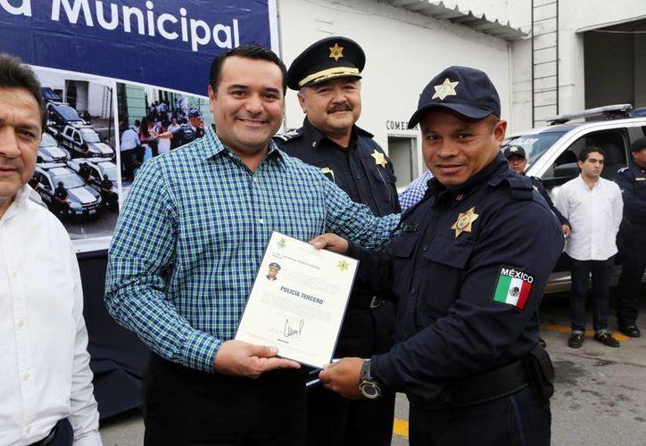 """""""Es importante tener una Policía bien capacitada y equipada"""", aseguró Renán Barrera en la entrega de ascensos de grado a agentes municipales. (Milenio Novedades)"""