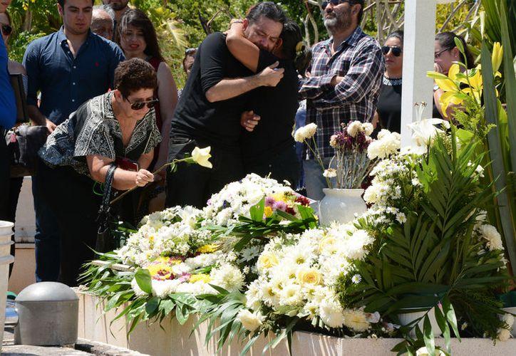 Con un profundo dolor Emma Molina Canto fue despedida ayer miércoles  en el Panteón Jardínes del Recuerdo. (SIPSE)