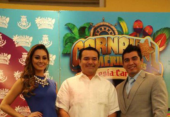 El alcalde meridano, Renán Barrera Concha, con los reyes del Carnaval 2015, Marsha Ramírez Martínez 'Marsha I', y Carlos Villafaña Mendoza 'Charly I'. (SIPSE)