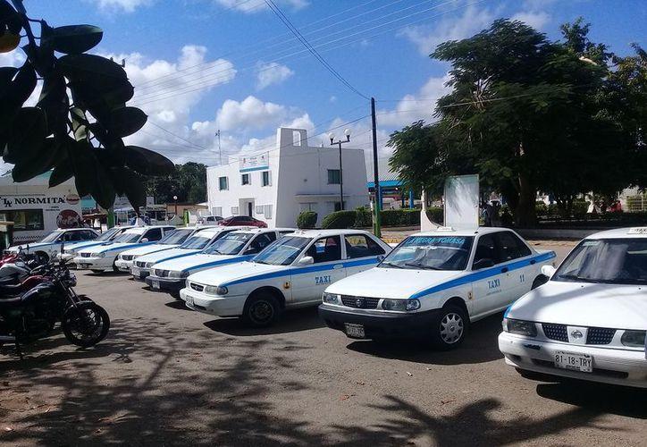 Pretenden bloquear a taxis que acuden a laborar en Cancún. (Raúl Balam/SIPSE)