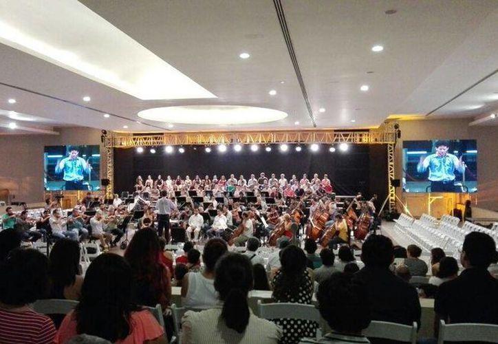 El viernes por la mañana, estudiantes disfrutaron del ensayo de la Orquesta Sinfónica de Yucatán, en el Club Campestre de Mérida. (Milenio Novedades)