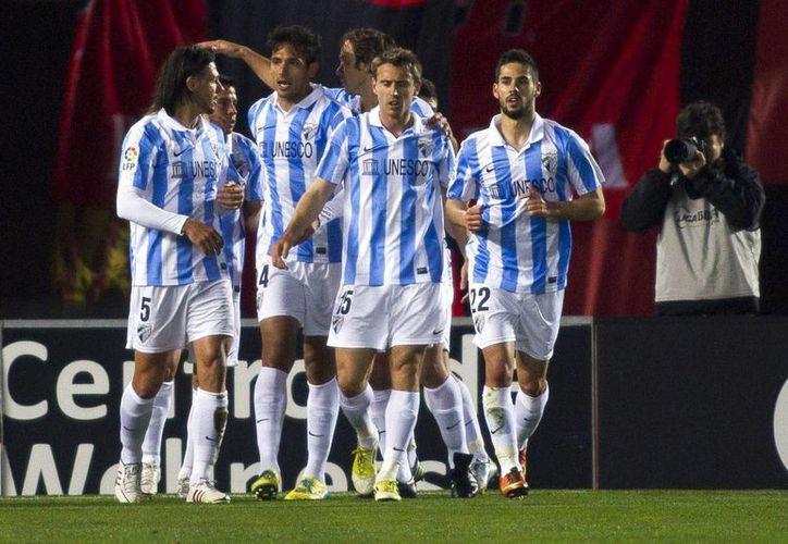 Los jugadores del Málaga CF celebran el gol conseguido por el delantero argentino Javier Saviola (2i) ante el RCD Mallorca. (EFE)