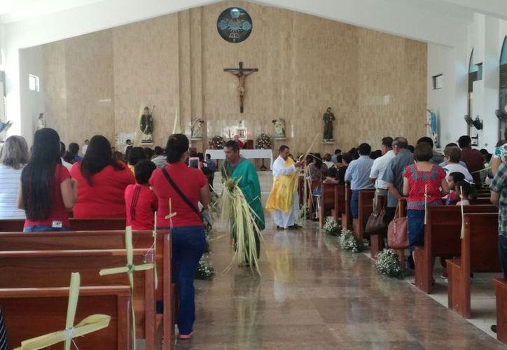 La que se llevó a cabo a las 10 de la mañana, iniciando con la bendición de las palmas que fue repartida a los cientos de feligreses que asistieron. (Joel Zamora/SIPSE)
