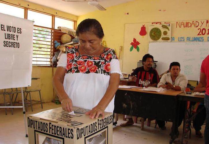 En las comunidades mayas de Felipe Carrillo Puerto se ha registrado buena asistencia en las urnas electorales. (Manuel Salazar/SIPSE)