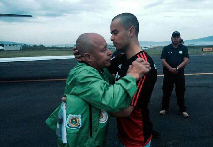 Óscar Montes de Oca (derecha) fue liberado anoche, luego de que un juez desechara una acusación por tráfico de drogas. (Twitter: @JorgeOlveraG)