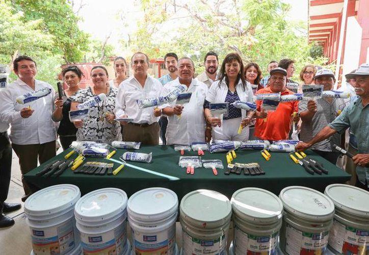 En la colonia San José Tecoh se entregaron apoyos del Programa de Empleo Temporal para prevenir violencia y delincuencia. (Foto cortesía de Gobierno del Estado)