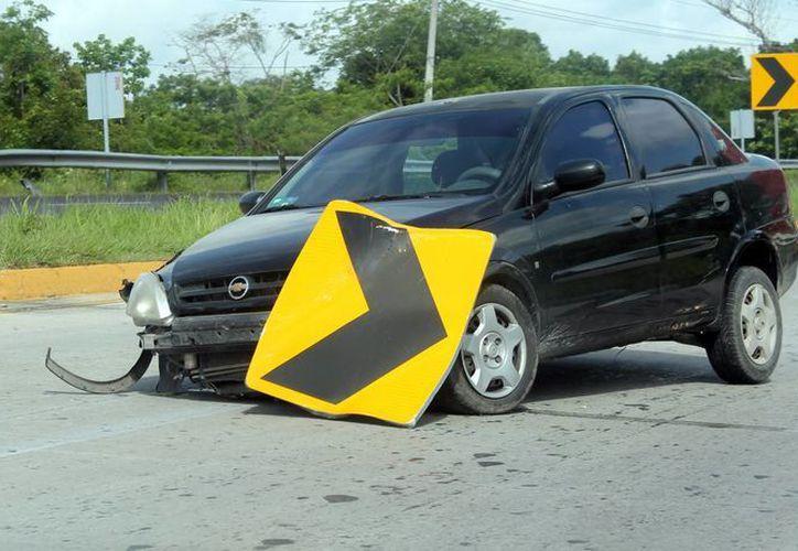 El auto perdió uno de los neumáticos delanteros. (Archivo/SIPSE)