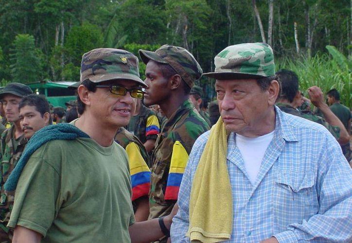 El comandante Gabriel Angel (izq) asesor político del jefe máximo de las FARC, Rodrigo Londoño Echeverri, conocido como Timoleón Jiménez o Timochenco. (Archivo/Notimex)