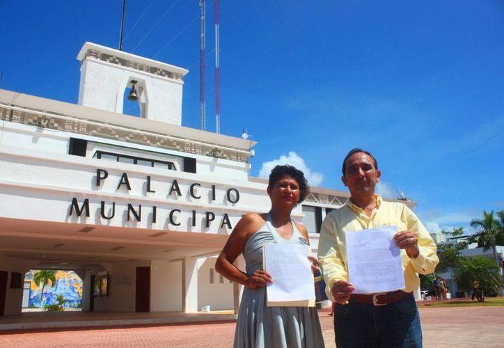 Carmelita Cruz Sánchez, actual regidora del PRD  y Juan Carlos Beristain Navarrete, síndico electo del próximo Ayuntamiento muestran el recurso de revocación. (Daniel Pacheco/SIPSE)