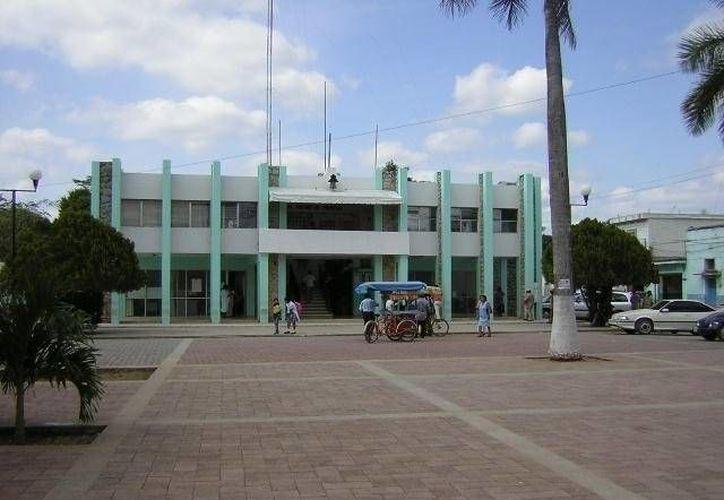 Personal del Ayuntamiento de las diferentes áreas del Palacio Municipal tuvieron que abandonar sus cubículos y oficinas por el intenso calor. (Redacció/SIPSE)